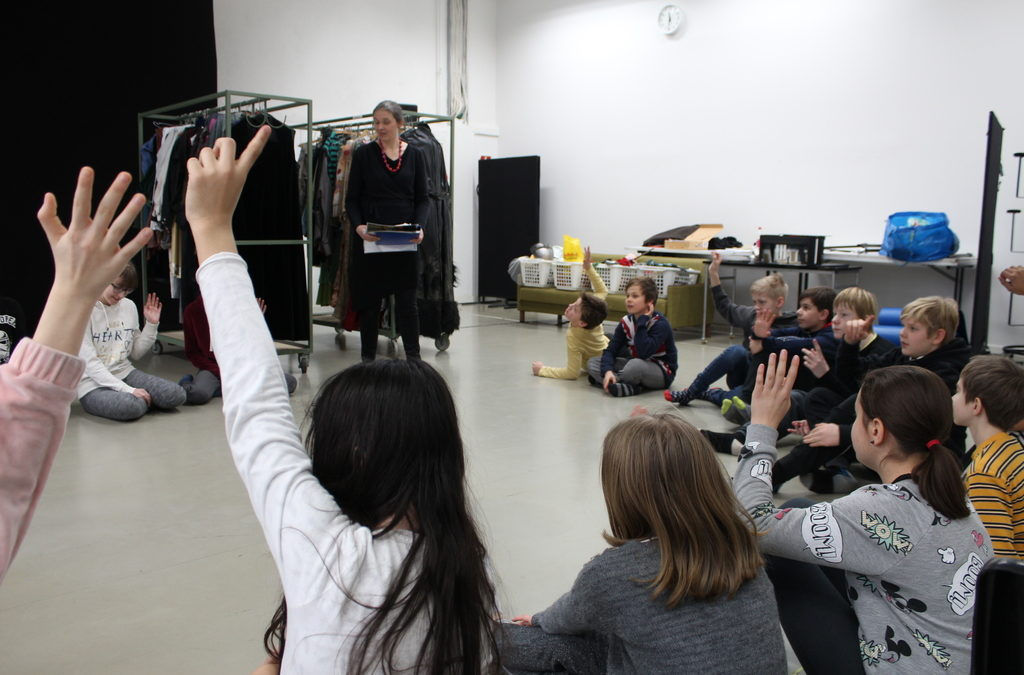 5. lk:n kuvataiteen ryhmä työpajassa Helsingin kaupungin teatterin puvustamossa